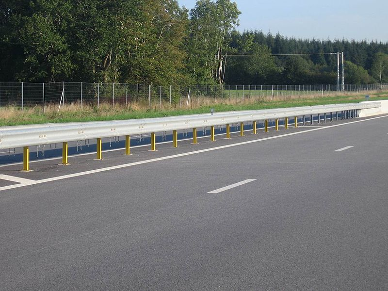 800px Motorway Median Barrier